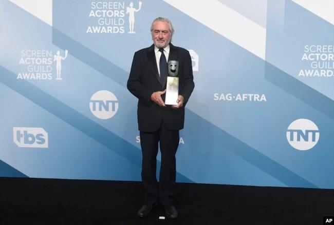 Robert De Niro posa cone el premio al logro de una vida en la 26 entrega anual de los premios SAG el 19 de enero de 2020 en Los Ángeles.