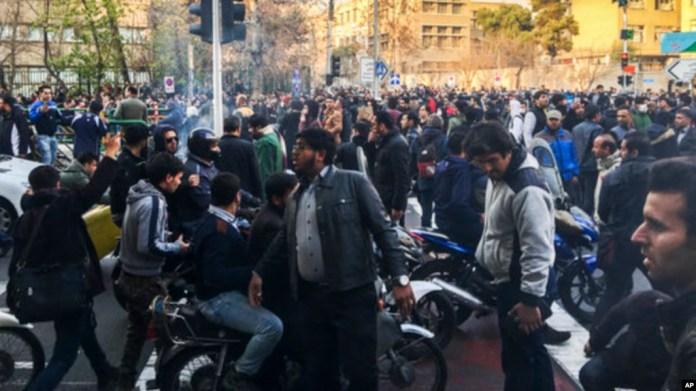 En esta foto tomada por un individuo no empleado por Associated Press y obtenida por la AP fuera de Irán, manifestantes se reúnen para protestar contra la debilitada economía de Irán, en Teherán, Irán, el sábado 30 de diciembre de 2017.