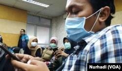 Sejumlah jurnalis mengenakan masker di lingkungan RSUP Dr Sardjito Yogyakarta. (Foto:VOA/ Nurhadi)