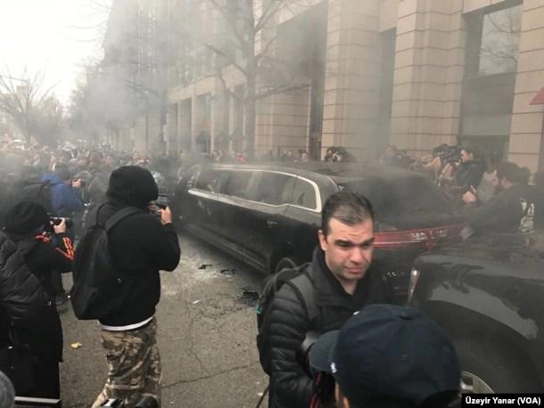 Otro vistazo de las protestas anti-Trump en Washington antes de la toma de posesión presidencial.