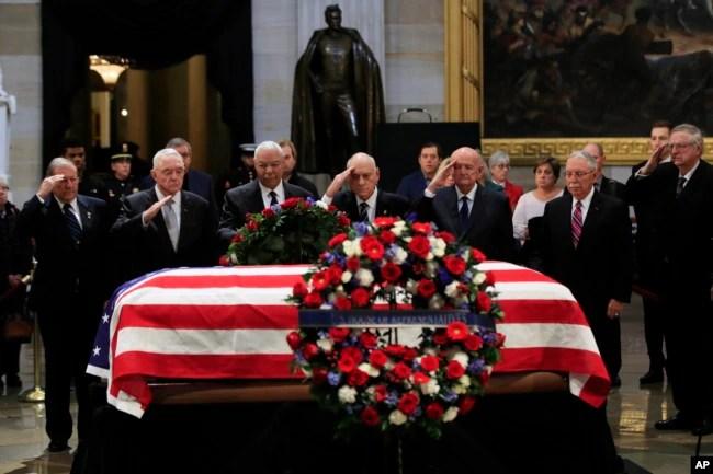 El exsecretario de Estado Colin Powell (tercero desde la izquierda) acompañado de excomandantes de la Operación Tormenta del Desierto, presentan sus respetos al expresidente George H.W, Bush, cuyo cuerpo yace en capilla ardiente en el Capitolio. Washington, diciembre 4 de 2018.