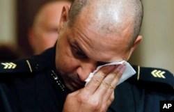 پولیس افسر گونیل چھ جنوری کے حملے کے واقعات بیان کرتے ہوئے آبدیدہ ہو گیا۔