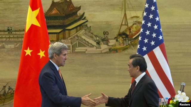 Ngoại trưởng Mỹ John Kerry bắt tay Bộ trưởng Ngoại giao Trung Quốc Vương Nghị sau buổi họp báo ở Bắc Kinh hôm 16/5.
