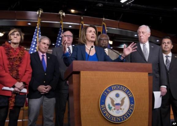 Líder de la minoría demócrata en la Cámara de Representantes Nancy Pelosi, y legisladores de su partido en la Cámara Baja.