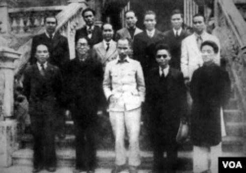 Chính phủ lâm thời Việt Nam Dân chủ Cộng hòa ra mắt ngày 2-9-1945 (Bộ trưởng không bộ Cù Huy Cận, người thứ hai, hàng trên, từ phải sang).