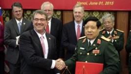 Bộ trưởng Quốc phòng Mỹ Ashton Carter và Bộ trưởng Quốc phòng Việt Nam Phùng Quang Thanh bắt tay sau khi ký một tuyên bố vè tầm nhìn chung về hợp tác quốc phòng tại Hà Nội, ngày 1/6/2015.