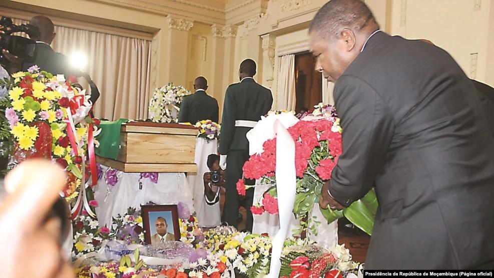 Presidente moçambicano, Filipe Nyusi, deposita coroa de flores no velório de Jeremias Pondeca