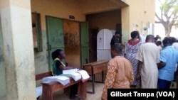 Le bureau de vote nº002 dans le quartier de Dutse Ahladji à la banlieue d'Abuja, le 23 février 2019. (VOA/Gilbert Tampa)