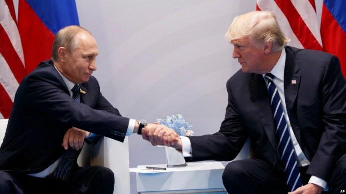 Tổng thống Nga Vladimir Putin gặp Tổng thống Hoa Kỳ Donald Trump tại Hamburg, Đức, ngày 7/7/2017.