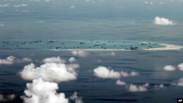 Bức ảnh chụp qua cửa sổ máy bay quân sự cho thấy sự lấn chiếm của Trung Quốc ở Đá Vành Khăn trong quần đảo Trường Sa ở Biển Đông.