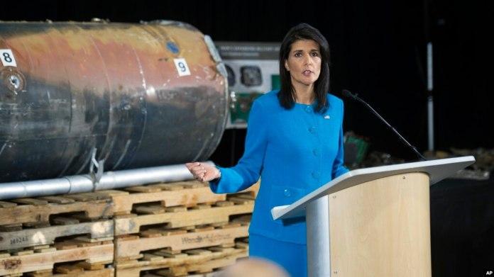 La embajadora de EE.UU. ante la ONU, Nikki Haley, habla a la prensa en una base militar cercana a Washington D.C. frente a restos de lo que afirmó es un cohete iraní suministrado a rebeldes en Yemen. Dec. 14, 2017.
