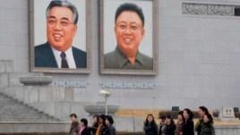Chân dung Kim Nhật Thành (Kim Il-sung, 1912-1994) và Kim Chính Nhật (Kim Jong-il, 1942-2011) tại Quảng trường Kim Il-Sung ở Bình Nhưỡng.
