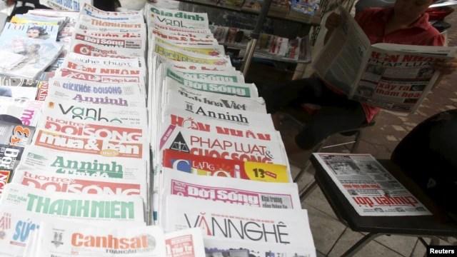 Một sạp báo trên đường phố Hà Nội, ngày 26 tháng 9 năm 2015.