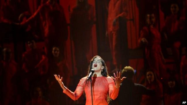Rosalía canta en la ceremonia de los premios Goya del cine español. (AP Foto/Laura León)