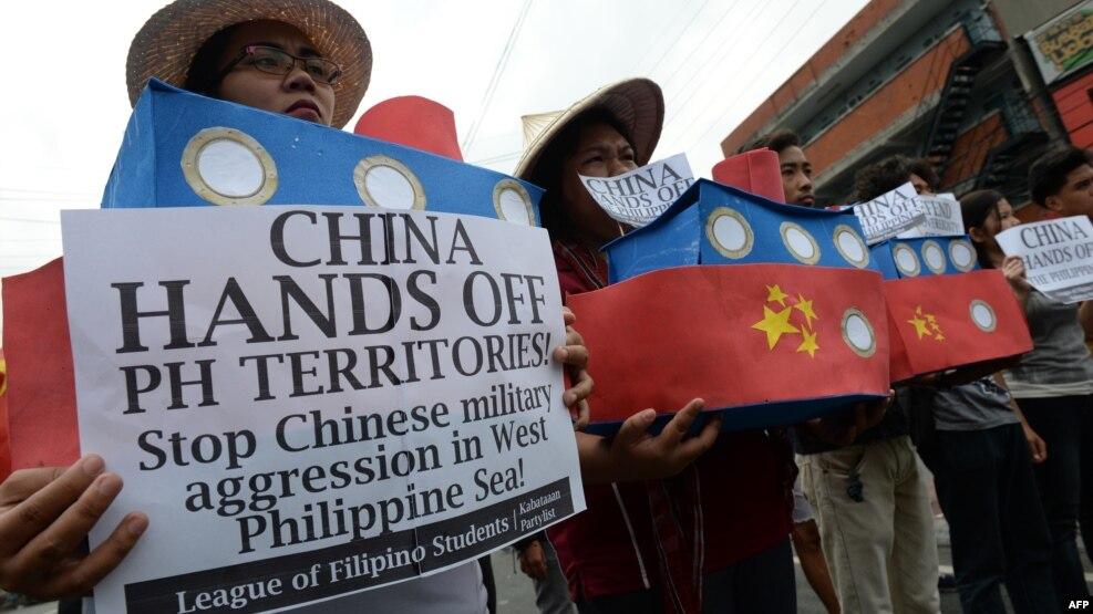 Sinh viên Philippines cầm mô hình tàu hải giám của Trung Quốc trong một cuộc biểu tình ở Manila, ngày 3 tháng 3 năm 2016,