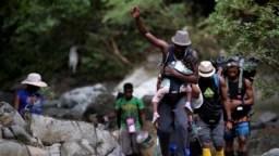 Migrantes haitianos cruzan la selva del Darién, cerca de Acandi, departamento de Chocó, Colombia, rumbo a Panamá, el 26 de septiembre de 2021.
