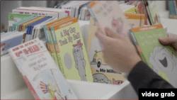 Koleksi buku bacaan anak-anak di West End Public Library, Washington DC. (Foto: VOA/Videograb)