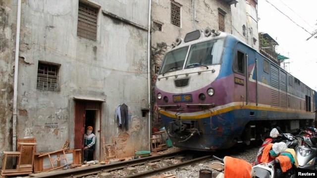 Ảnh minh họa: Tàu hỏa chạy qua một khu dân cư ở Hà Nội.
