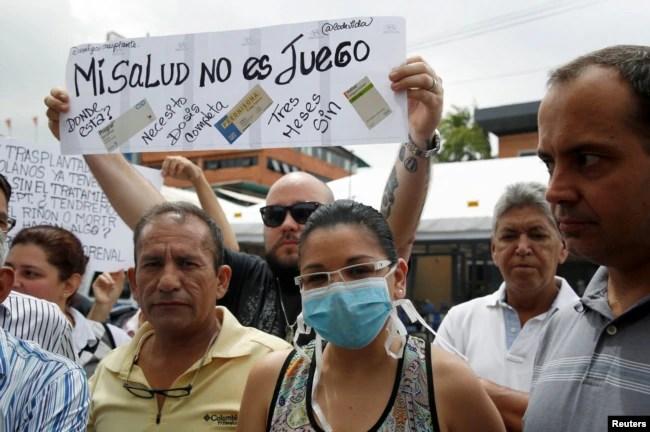 Venezolanos protestan la falta de medicinas afuera de una farmacia en Caracas. Junio 29, 2016.