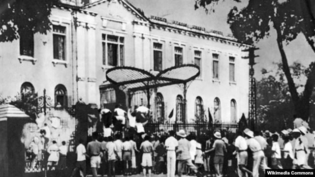 Đoàn người biểu tình ngày 19 tháng 8 năm 1945 trước cửa Bắc Bộ phủ, Hà Nội.