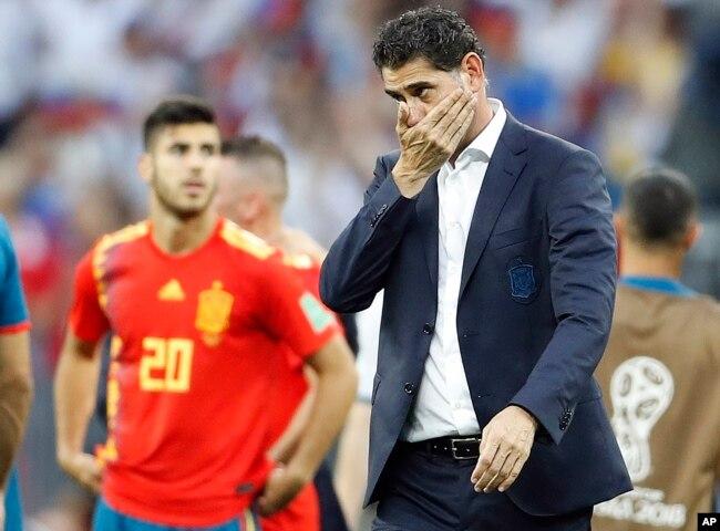El entrenador de España, Fernando Hierro, reacciona después de que su equipo perdiera por penales durante el partido de octavos de final entre España y Rusia en la Copa Mundial de fútbol 2018 en el Estadio Luzhniki en Moscú, Rusia, el domingo 1 de julio de 2018.