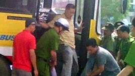 Bức ảnh trích từ video đại úy công an Minh đạp giày vào mặt anh Nguyễn Chí Đức.