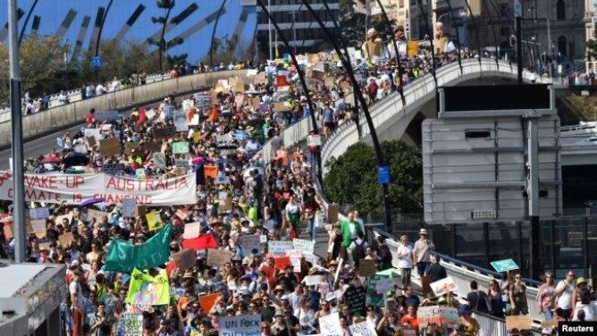 Người biểu tình chống biển đổi khí hậu trên cầu Victoria trong cuộc tuần hành ở thành phố Brisbane, Úc, ngày 20/9/2019. AAP Image/Darren England/via REUTERS
