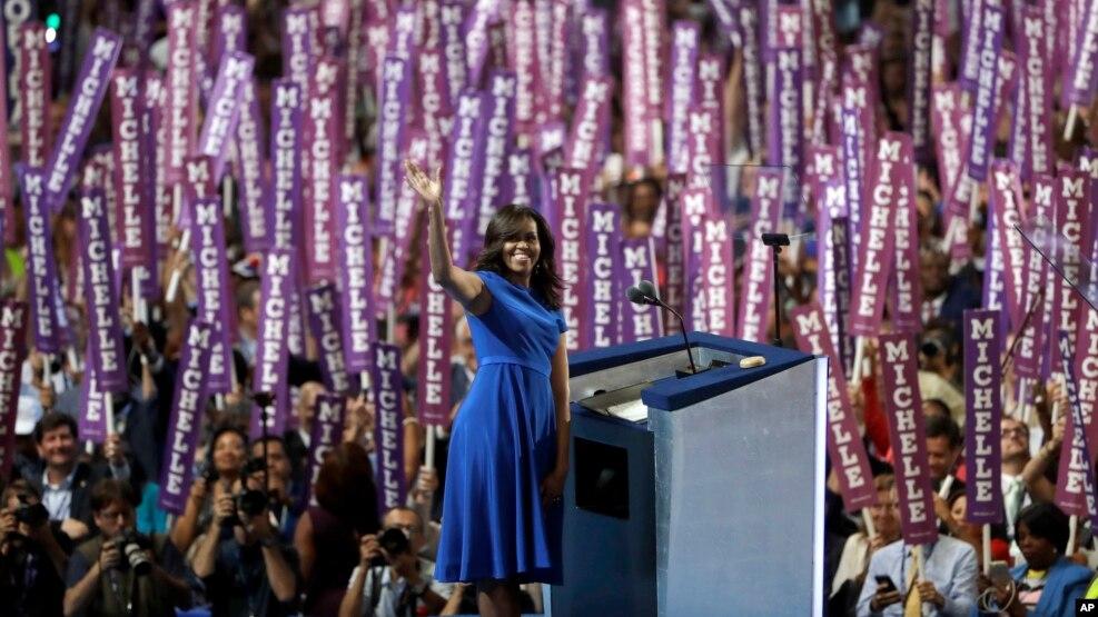 Đệ nhất Phu nhân Hoa Kỳ Michelle Obama vẫy tay khi phát biểu trước các đại biểu trong ngày đầu tiên của Hội nghị Đảng Dân chủ ở Philadelphia, ngày 25 tháng 7 năm 2016.