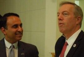 Đại sứ Ted Osius, phải, và Nghị viên Ash Kalra (ảnh Bùi Văn Phú)