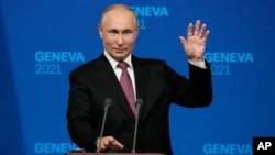 Presiden Rusia Vladimir Putin memberikan konferensi pers terpisah usai pertemuan di Jenewa, Rabu (16/6).