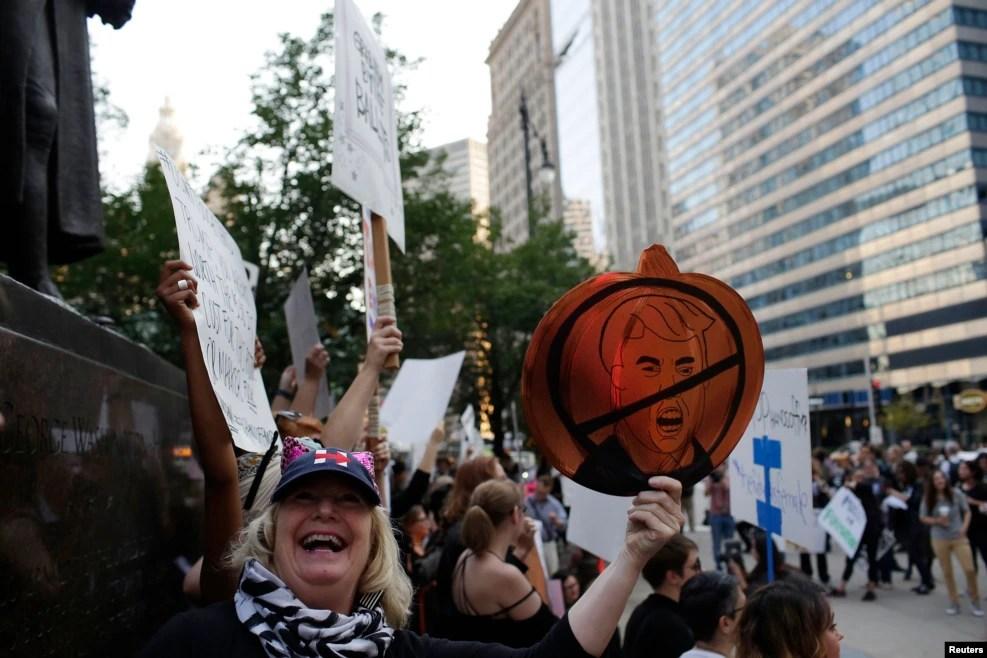在芝加哥,有妇女参加反川普游行