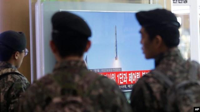 Binh sĩ Hàn Quốc xem tin tức truyền hình về vụ phóng hoả tiễn của Bắc Triều Tiên tại nhà ga xe lửa ở Seoul, ngày 7/2/2016.