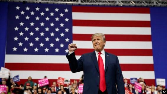 El presidente de EE.UU., Donald Trump, participó en un acto de campaña en en Moon Township, Pennsylvania, el 10 de marzo de 2018. (AP Photo/Carolyn Kaster)