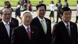 Từ trái: Chủ tịch Quốc hội Việt Nam Nguyễn Sinh Hùng, Tổng Bí thư Nguyễn Phú Trọng, Thủ tướng Nguyễn Tấn Dũng, Chủ tịch nước Trương Tấn Sang đi thăm lăng ông Hồ Chí Minh.