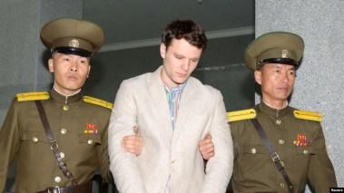 Otto Warmbier (giữa) được đưa ra tòa ở Bình Nhưỡng, Triều Tiên, trong bức ảnh do Kyodo đăng tải hôm 16/3/2016. Bố mẹ của sinh viên Đại học Virginia đổ tội cho chế độ của Kim Jong Un về cái chết của con trai họ.