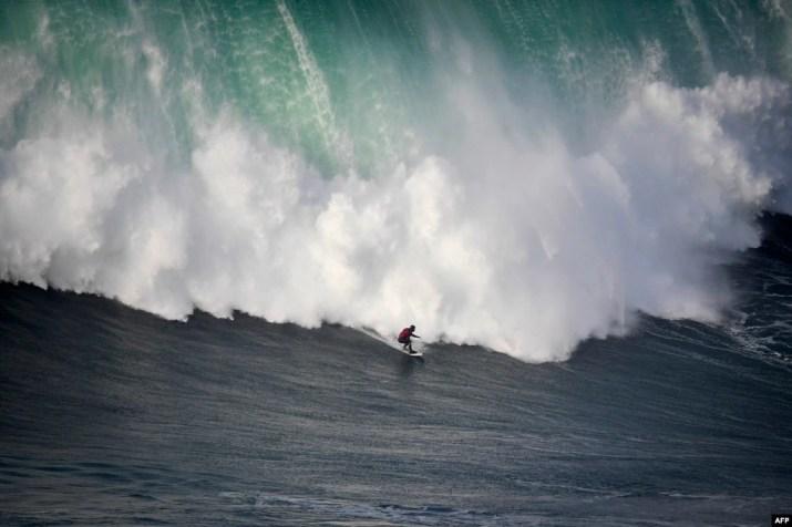 Brezilyalı sörfçü Marcelo Luna, 2018 yılının ilk sörfünü Portekiz'in Nazare kentindeki Praia do Norte'de yapıyor