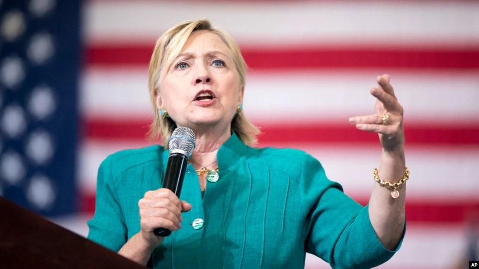 Ứng cử viên tổng thống bên đảng Dân chủ Hillary Clinton phát biểu trong một buổi mít tinh tại Trường Trung học Abraham Lincoln ở Des Moines, Iowa, ngày 10 tháng 8 năm 2016.