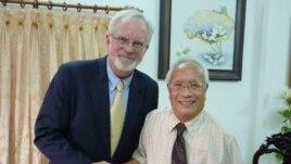 Bác sĩ Nguyễn Đan Quế trong cuộc gặp với Đại sứ Mỹ tại Việt Nam, ông David Shear (hình chụp ngày 17/8/2012)