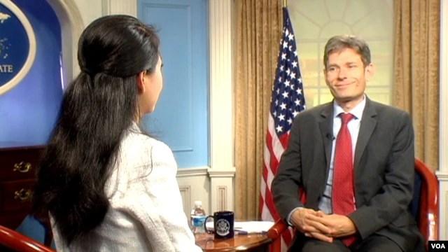 Trợ lý Ngoại trưởng về Dân chủ-Nhân quyền-Lao động Malinowski khẳng định quan hệ quân sự và thương mại Việt-Mỹ sẽ tiến sâu hơn nữa khi Hà Nội cải thiện nhân quyền.