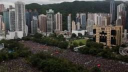 Las protestas que comenzaron el 9 de junio de 2019 exigieron en un comienzo la retirada del proyecto de ley de extradición a China presentado por el gobierno de Carrie Lam, pero han avanzado en sus propósitos de lograr reformas democráticas en el territorio semiautónomo chino.