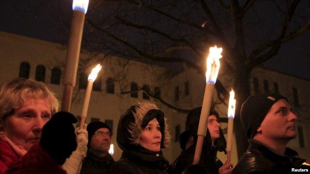 Người biểu tình phản đối kế hoạch xây tượng tôn vinh bộ trưởng Hungary thân Đức Quốc xã Balint Homan, ở thành phốSzekesfehervar, Hungary, ngày 13 tháng 12, 2015.