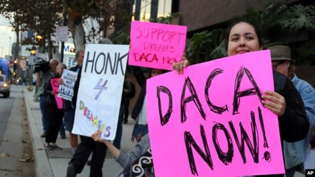 Manifestan ki tap pwoteste pou mande administrasyon Trump la konsève DACA (Los Angeles, 3 janvye 2018).