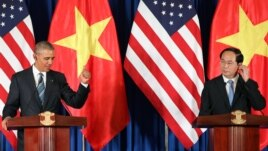Tổng thống Hoa Kỳ Barack Obama (trái) và Chủ tịch nước Việt Nam Trần Đại Quang phát biểu trong một cuộc họp báo tại Trung tâm Hội nghị Quốc tế ở Hà Nội, Việt Nam, ngày 23 tháng 5 năm 2016.