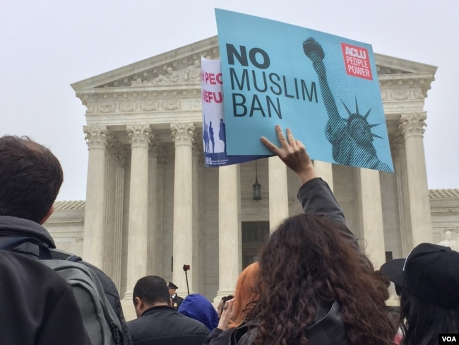 FILE - Hundreds of protesters rallied outside the U.S. Supreme Court during a hearing about the Trump administration's third travel ban, Washington, D.C., April 25, 2018. (V. Macchi/VOA)