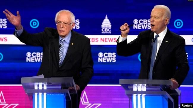 Calon presiden Demokrat AS 2020 Senator Bernie Sanders (kiri) dan mantan Wakil Presiden Joe Biden berbicara di debat presiden di Gaillard Center di Charleston, South Carolina, 25 Februari 2020. (Foto: Reuters)