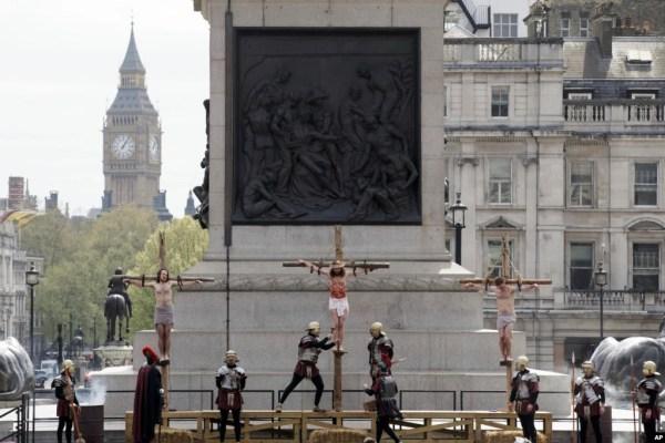 Evento anual de Semana Santa en la Plaza Trafalgar en Londres, donde unos 100 actores del grupo Wintershall interpretan los últimos días de la vida de Cristo en una obra de 90 minutos gratuita, que es transmitida en vivo por internet y en FB Live. Foto AP.