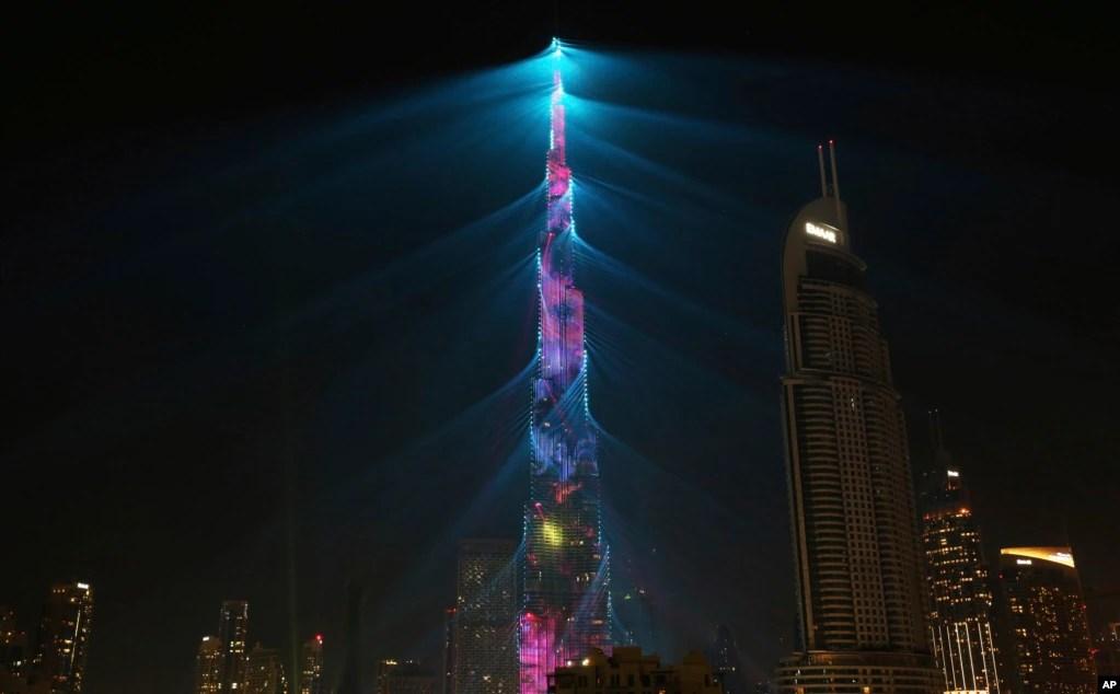 دبئی میں واقع دنیا کی بلند ترین عمارت برج خلیفہ نئے سال کے موقع پر روشنیوں میں نہائی ہوئی ہے۔
