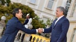 El presidente de Colombia, Iván Duque, (der) solo reconoce a Juan Guaidó (izq) como jefe de estado de Venezuela.