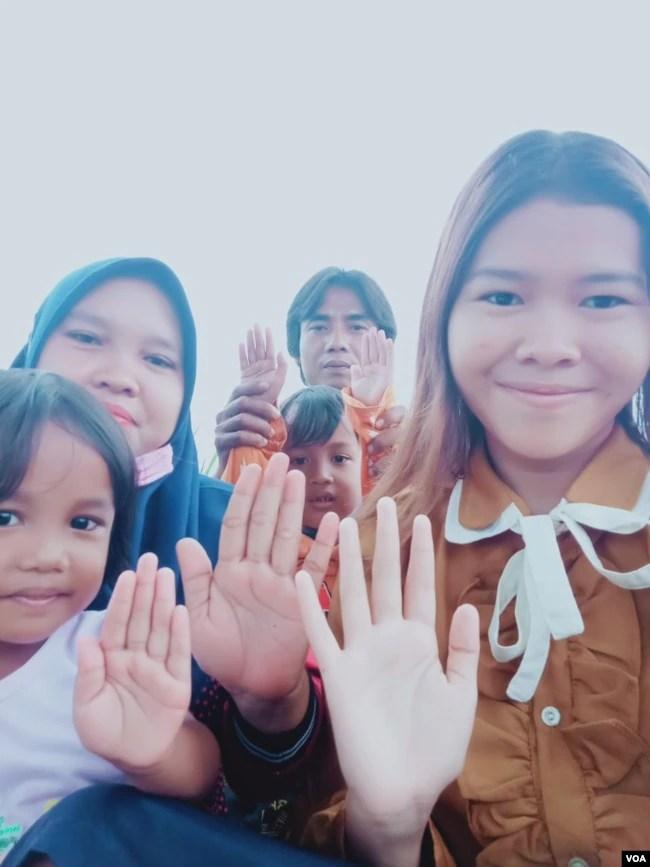 Rasminah bersama keluarganya di Indramayu, Jawa Barat, Minggu, 7 Maret 2021.