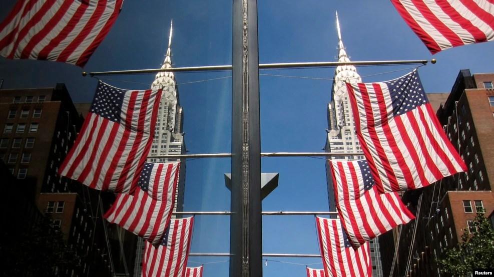 Cờ Mỹ được treo trên các cửa sổ gần tòa nhà Chrysler ở thành phố New York trong dịp Lễ Độc lập năm 2013.